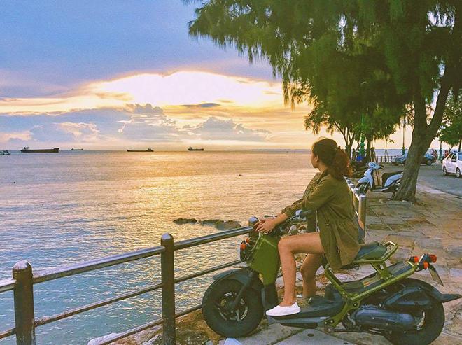 Du lịch Vũng Tàu bằng xe máy du khách có thể dừng lại bất cứ đâu để ngắm cảnh biển. Ảnh: Huỳnh Ngọc Nhật Hạ
