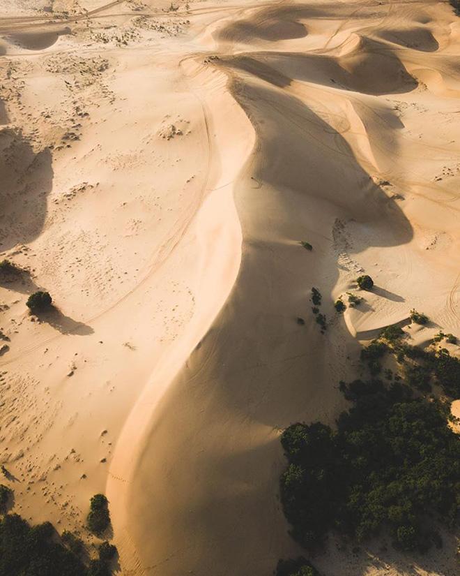 Những bãi cát bao la tạo nên nét đặc trưng của Bình Thuận đầy nắng gió. Ảnh: @furstonetravels