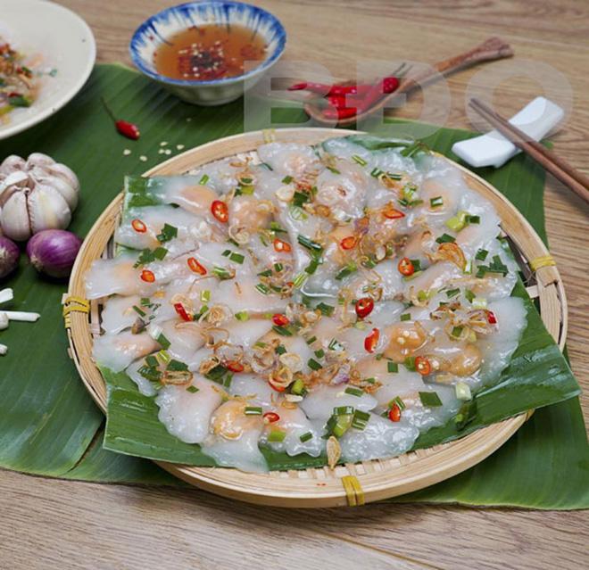Bánh quai vạc bọc nhân tôm tạo ra hương vị hấp dẫn cho thực khách. Ảnh: Sưu tầm
