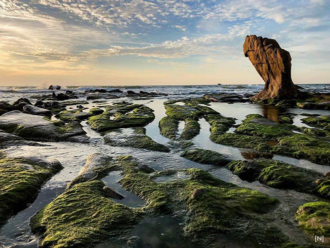 Biển Cổ Thạch nổi tiếng với những tảng đá rêu phong kỳ lạ, thu hút du khách. Ảnh: Đồng Huỳnh Thanh