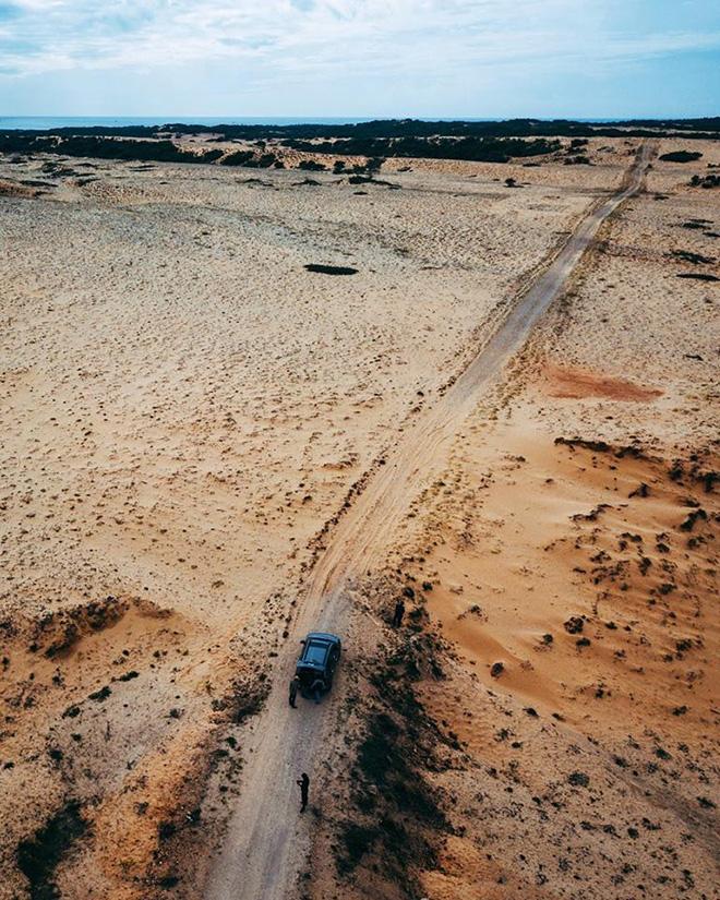 Băng qua con đường giữa hai bên là sa mạc để đến với Mũi Yến thật là trải nghiệm đáng nhớ. Ảnh: Bình Thuận