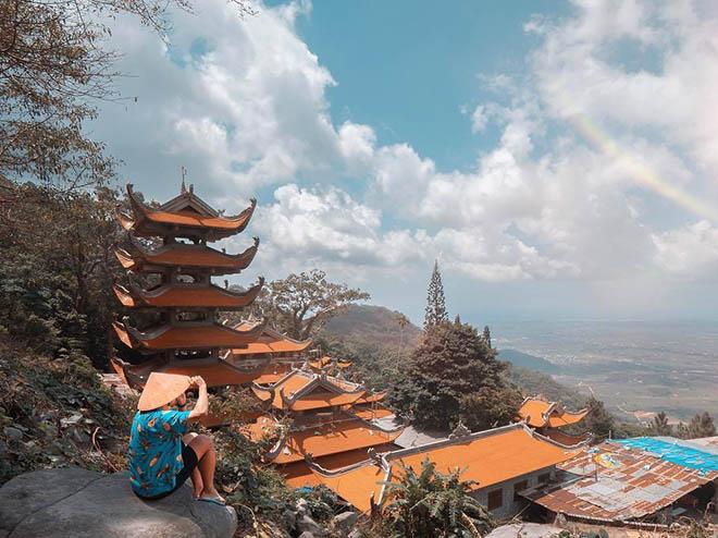 Từ trên đỉnh núi Tà Cú, du khách sẽ có những cái nhìn ngoạn mục về cảnh quan nơi đây. Ảnh: Bình Thuận