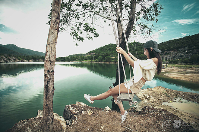 The beauty of Da Xanh lake is as romantic as ' Tuyet Tinh Coc' in Dalat. Photo: Kim Điền, Vivian Ng