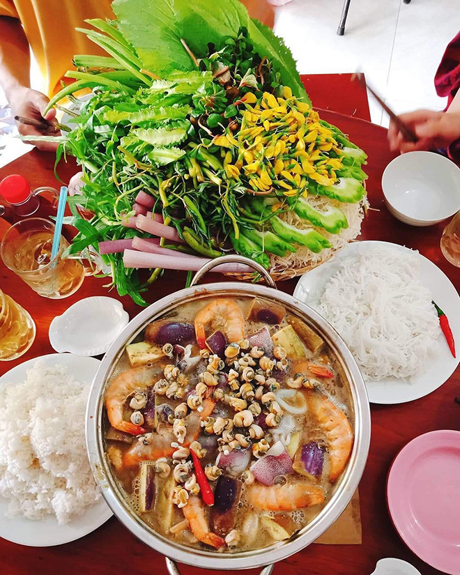 It is great to enjoy it with local fresh vegetables and noodles. Photo: Collection