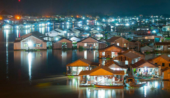 When traveling to An Giang, visitors will enjoy the extraordinary feeling on these floating houses. Photo: Nguyễn Phố